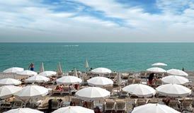 Piacevole - spiaggia con gli ombrelli Immagini Stock