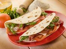 Piadina met ham en arugula Stock Foto's