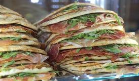 Piadina rellenó para la venta en el restaurante en Italia central Imagen de archivo