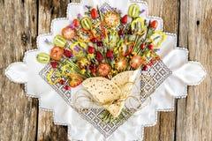 Piadina z warzywami i owocowy jednakowy bukiet kwiaty obraz royalty free
