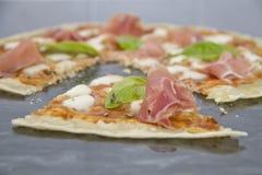 Piadipizza - Piadina把变成一个新鲜和美味的薄饼 免版税库存图片