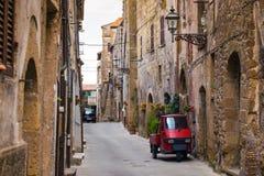 Piaggio-Affe an der leeren Straße Lizenzfreies Stockbild