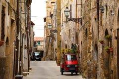 Piaggio-Affe an der leeren Straße Stockbilder