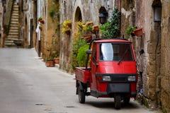Piaggio-Affe an der leeren Straße Stockfoto