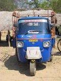 Piaggio Affe am indischen landwirtschaftlichen Dorf Lizenzfreies Stockfoto