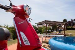 Piaggio Vespa - γάμος Τοσκάνη - πισίνα Στοκ Εικόνες