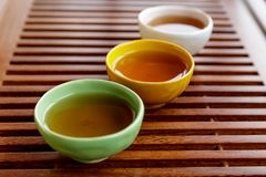 Pialas de Coloful avec des tae sur le teabord en bois photographie stock libre de droits
