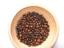 Pialat mit gebratenen Körnern des Kaffees stockbilder