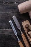 Piallatrice di legno del martello degli scalpelli piani sul raggiro di legno della costruzione del bordo Fotografia Stock