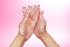 Piana mydło na żeńskich rękach zdjęcia stock