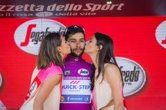 Piancavallo, Италия 26-ое мая 2017: Фернандо Gaviria, в фиолетовом jersey самого лучшего спринтера, на подиуме Стоковые Фотографии RF
