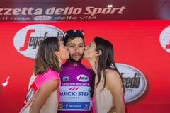 Piancavallo, Италия 26-ое мая 2017: Фернандо Gaviria, в фиолетовом jersey самого лучшего спринтера, на подиуме Стоковое Фото