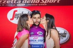 Piancavallo, Италия 26-ое мая 2017: Фернандо Gaviria, в фиолетовом jersey самого лучшего спринтера, на подиуме Стоковая Фотография RF