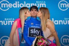 Piancavallo, Италия 26-ое мая 2017: Mikel Landa, в голубом jersey как самый лучший альпинист, празднует на подиуме его победу Стоковая Фотография