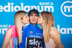 Piancavallo, Италия 26-ое мая 2017: Mikel Landa, в голубом jersey как самый лучший альпинист, празднует на подиуме его победу Стоковое Изображение RF