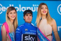 Piancavallo, Италия 26-ое мая 2017: Mikel Landa, в голубом jersey как самый лучший альпинист, празднует на подиуме его победу Стоковое Фото