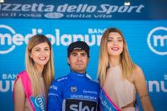 Piancavallo, Италия 26-ое мая 2017: Mikel Landa, в голубом jersey как самый лучший альпинист, празднует на подиуме его победу Стоковое фото RF