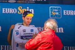 Piancavallo, Italien am 26. Mai 2017: Adam Yates, im weißen Trikot des jungen Reiters, auf dem Podium Stockfotos