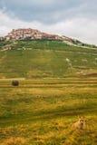 Piane di Castelluccio: Fuchs und Dorf auf dem Hügel Stockbilder