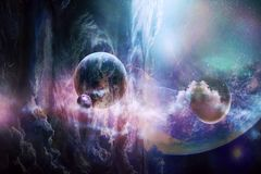 Pianeta astratto artistico che cade in un fondo variopinto regolare della galassia fotografia stock libera da diritti