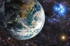 Pianeta nelle galassie del fondo e nelle stelle luminose Immagine Stock