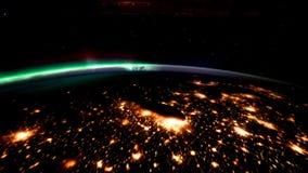 Pianeta Terra alla notte veduta dall'ISS Elementi di questo video ammobiliato dalla NASA illustrazione vettoriale