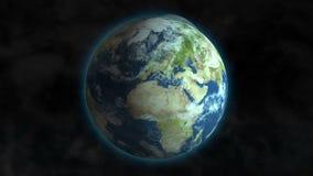 Pianeta Terra che fila nello spazio cosmico con la luna gli che gira intorno stock footage