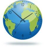 Pianeta Terra con il fronte di orologio isolato su bianco Immagine Stock Libera da Diritti