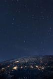 Pianeta Terra dallo spazio alla notte fotografia stock libera da diritti