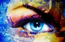 Pianeta Terra ed occhio umano blu con trucco viola e rosa di giorno Pittura dell'occhio Fotografie Stock