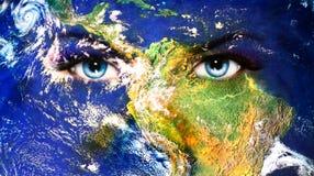 Pianeta Terra ed occhio umano blu con trucco viola e rosa di giorno pittura dell'occhio della donna Fotografie Stock Libere da Diritti