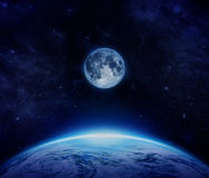 Pianeta Terra, luna e stelle blu da spazio sul cielo fotografia stock libera da diritti