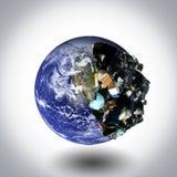 Pianeta Terra in pieno di rifiuti immagini stock libere da diritti