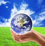 Pianeta Terra tenuto in mano fotografia stock