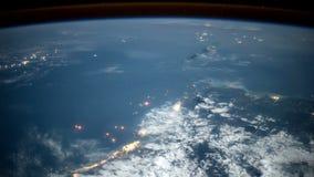 Pianeta Terra visto attraverso l'oblò dell'ISS Elementi di questo video ammobiliato dalla NASA illustrazione vettoriale