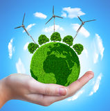 Pianeta verde con gli alberi ed i generatori eolici Fotografia Stock Libera da Diritti