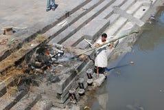 Piangente e cremazione del Nepali immagine stock