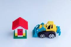 Piani della costruzione con il modello ed il bulldozer domestici Immagini Stock Libere da Diritti