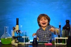 Piani di lezione - chimica della scuola secondaria Ready per il banco esperimento Primo grado Primo giorno di scuola La mia chimi immagine stock