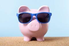 Pianificazione dei soldi di viaggio, risparmio, concetto dell'cassa di pensione, vacanza della spiaggia del porcellino salvadanai Fotografie Stock Libere da Diritti
