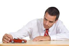 Pianificazione dell'uomo d'affari per comprare una nuova automobile Immagini Stock