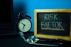 Pianificazione di fattore di rischio sul fondo della Tabella di funzionamento con gli articoli per ufficio fotografia stock