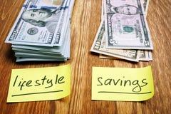 Pianificazione di finanze personali Due pile di stile di vita e di risparmio dei contanti fotografia stock libera da diritti