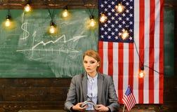 Pianificazione di reddito della politica di aumento di bilancio Riforma americana di istruzione alla scuola nel 4 luglio Donna co Immagini Stock Libere da Diritti