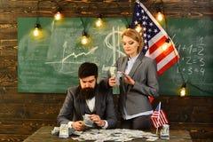 Pianificazione di reddito della politica di aumento di bilancio Riforma americana di istruzione alla scuola nel 4 luglio uomo e d Immagini Stock