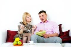 Pianificazione di seduta delle coppie felici qualcosa Fotografie Stock Libere da Diritti