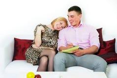 Pianificazione di seduta delle coppie felici qualcosa Fotografia Stock