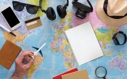 Pianificazione di viaggio piana sulla vista superiore della mappa Fotografia Stock Libera da Diritti