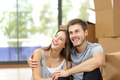 Pianificazione domestica commovente delle coppie felici immagini stock libere da diritti