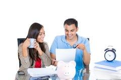 Pianificazione felice e riuscita delle coppie per il successo finanziario futuro Fotografia Stock Libera da Diritti